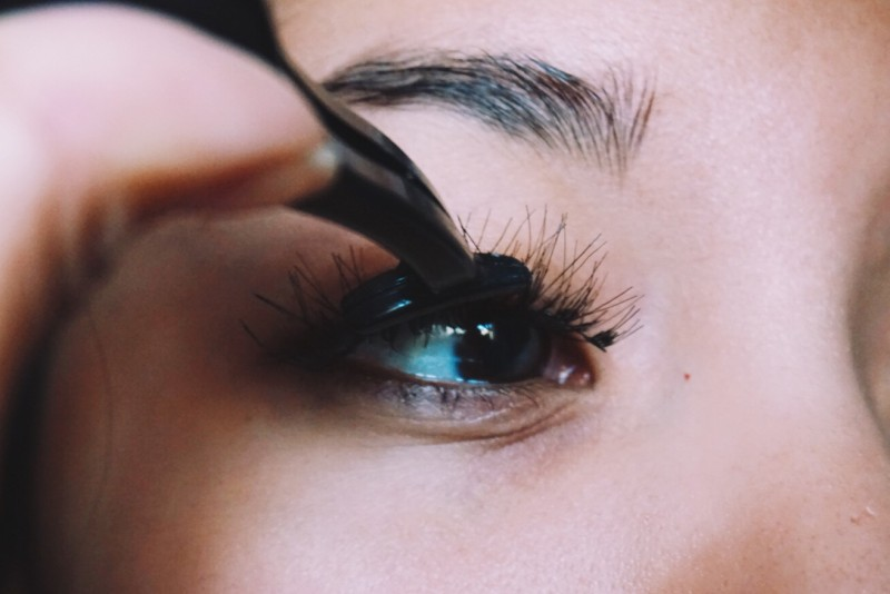 putting lashes on